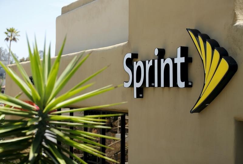 Sprint to give away phones, service to 1 million poor students