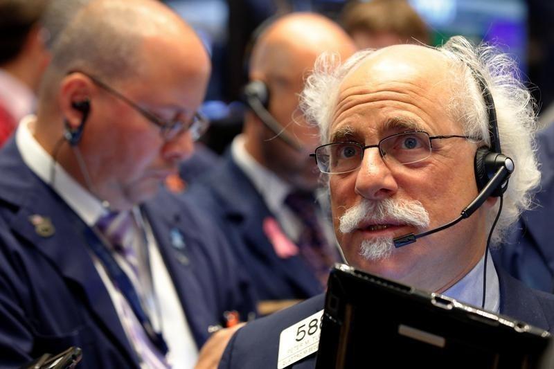 Wall St falls as investors brace for presidential debate (Update 1)