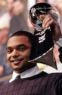 New England Patriots defensive lineman Richard Seymour holds up the Lombardi Trophy at the kick-off for the NFL Experience festivities at Cobo Center in downtown Detroit, Michigan Febuary 1, 2006. REUTERS/Rebecca Cook
