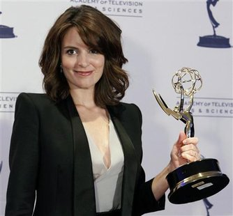 "Actress Tina Fey poses with her Emmy award for Outstanding Guest Actress in a Comedy Series for her portrayal of Governor Sarah Palin on ""Saturday Night Live"" at the Primetime Creative Arts Emmy Awards in Los Angeles, September 12, 2009. REUTERS/Danny Moloshok"