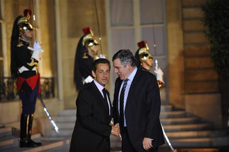 France's President Nicolas Sarkozy (L) greets Britain's Prime Minister Gordon Brown before a working dinner at the Elysee Palace in Paris September 15, 2009. REUTERS/Philippe Wojazer