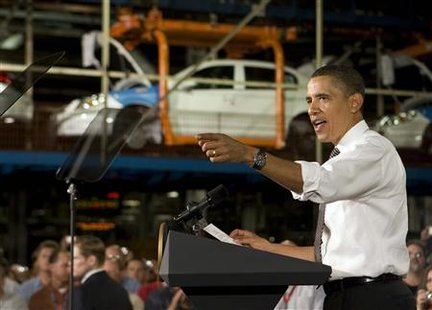U.S. President Barack Obama talks with workers about the economy as he visits the Lordstown Complex General Motors Plant in Warren, Ohio, September 15, 2009. REUTERS/Larry Downing