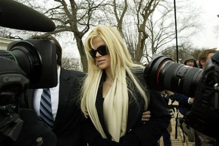 Anna Nicole Smith arrives with her lawyer Howard Stern for her hearing at the Supreme Court in Washington, February 28, 2006. REUTERS/Chris Kleponis