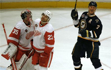 St Louis Blues Keith Tkachuk (R) celebrates after scoring as the Detroit Red Wings goalie Jimmy Howard (L) and teammate Brad Stuart react during their NHL ice hockey season opening series at Globen Arena in Stockholm October 3, 2009. REUTERS/Bob Strong