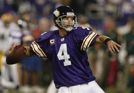 Minnesota Vikings quarterback Brett Favre throws a pass against the Green Bay Packers after their NFL football game in Minneapolis, Minnesota, October 5, 2009. REUTERS/Jeff Haynes
