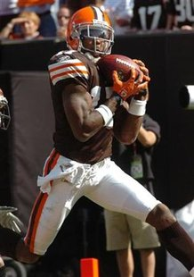 Cleveland Browns wide receiver Braylon Edwards catches a pass from quarterback Derek Anderson in the end zone for a touch down against the Cincinnati Bengalsin the third quarter of their NFL game in Cleveland, Ohio, Septermber 16, 2007. REUTERS/Ron Kuntz