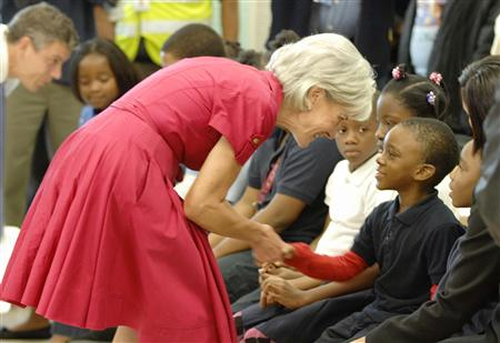 US Health and Human Services Secretary Kathleen Sebelius (C) greets schoolchildren lined up to receive the H1N1 swine flu vaccine at Dodge Park Elementary School in Landover, Maryland, October 9, 2009. REUTERS/Jonathan Ernst