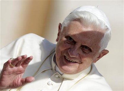 Pope Benedict XVI waves at the end of his Wednesday general audience in Saint Peter's square at the Vatican October 21, 2009. REUTERS/Tony Gentile