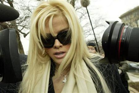 Anna Nicole Smith arrives with her lawyer Howard Stern for her hearing at the Supreme Court in Washington, in this February 28, 2006 file photo. REUTERS/Chris Kleponis