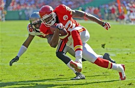 Kansas City Chiefs wide receiver Dwayne Bowe (R) makes a touchdown on a seven-yard Tyler Thigpen pass ahead of Tampa Bay Buccaneers cornerback Phillip Buchanon during the first half of their NFL football game at Arrowhead Stadium in Kansas City, Missouri in this November 2, 2008 file photo. REUTERS/Dave Kaup