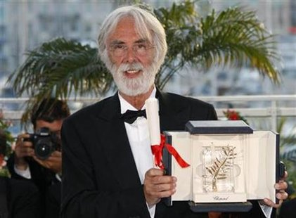 "Austrian director Michael Haneke attends a photocall after receiving the Palme d'Or award for the film ""Das Weisse Band"" (The White Ribbon) during the award ceremony at the 62nd Cannes Film Festival May 24, 2009. REUTERS/Vincent Kessler"