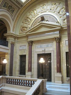 Wisconsin State Capitol Senate Wing By QuartierLatin1968 (Own work) [CC-BY-SA-3.0 (http://creativecommons.org/licenses/by-sa/3.0)], via Wikimedia Commons