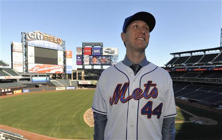 New York Mets new player Jason Bay poses for photos at CitiField in his new cap and jersey after he was introduced to the media by the MLB National League baseball club in New York January 5, 2010. REUTERS/Ray Stubblebine