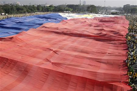 Supporters of evangelist preacher and presidential candidate Eddie Villanueva unfurl a Philippine flag, measuring 180 m by 92 m, during the start of campaign period at Luneta park in Manila February 9, 2010. REUTERS/ Cheryl Ravelo