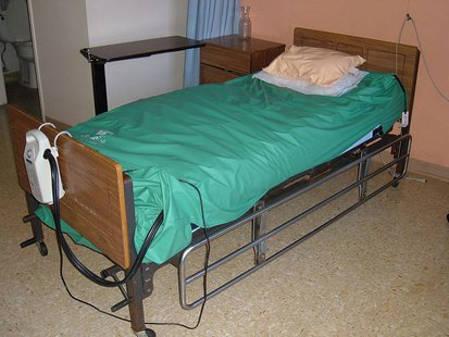 A Betabed Alternating Pressure Pad System (green padding) on a nursing home bed in Daly City, California. By BrokenSphere (Own work) [GFDL (http://www.gnu.org/copyleft/fdl.html) or CC-BY-SA-3.0-2.5-2.0-1.0 (http://creativecommons.org/licenses/by-sa/3.0)], via Wikimedia Commons