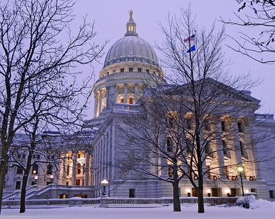 Wisconsin State Capitol Christmas Eve By RAHurd (Own work) [CC-BY-SA-3.0 (http://creativecommons.org/licenses/by-sa/3.0)], via Wikimedia Commons