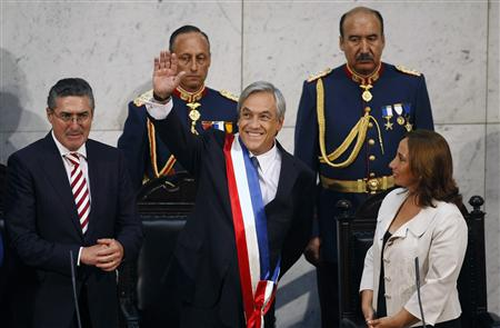 Chile's President Sebastian Pinera (C) greets the public during his inauguration while flanked by President of Senate Jorge Pizarro (L) and President of Lower House Alejandra Sepulveda (R) at the Chilean Congress building in Valparaiso March 11, 2010. REUTERS/Eliseo Fernandez
