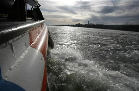 The 65 foot U.S. Coast Guard cutter Wire breaks through plate ice on the Hudson River near Kingston, New York January 11, 2010. REUTERS/Mike Segar