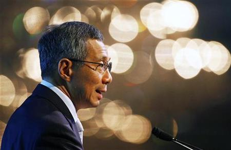 Singapore's Prime Minister Lee Hsien Loong speaks during Standard Chartered's 150th anniversary dinner in Singapore February 19, 2009. REUTERS/Vivek Prakash