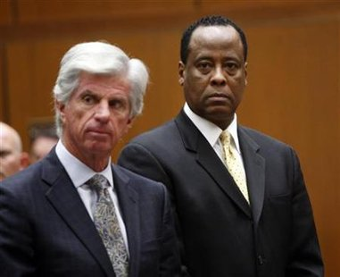 Dr. Conrad Murray (R) stands next to his attorney J. Michael Flanagan during his hearing at a Criminal Court in Los Angeles, April 5, 2010. REUTERS/David McNew/Pool