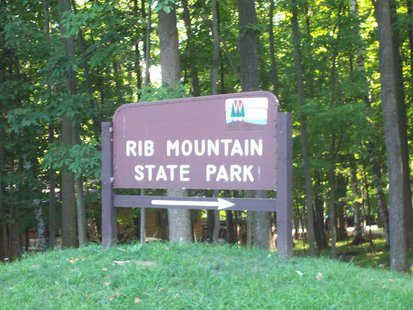 The sign for Rib Mountain State Park near Wausau, Wisconsin, USA. By User:Royalbroil (Own work) [CC-BY-SA-2.5 (http://creativecommons.org/licenses/by-sa/2.5)], via Wikimedia Commons