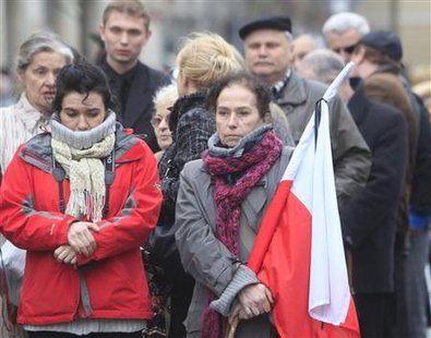 People line up to enter the presidential palace to bid farewell to the late Polish President Lech Kaczynski and his wife Maria in Warsaw April 14, 2010. REUTERS/Ints Kalnins