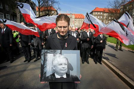 A woman holds a picture of late Polish President Lech Kaczynski during a march to commemorate the victims of Saturday's Tupolev Tu-154 aircraft crash near Smolensk, in Szczecin April 13, 2010. REUTERS/Cezary Aszkielewicz/Agencja Gazeta