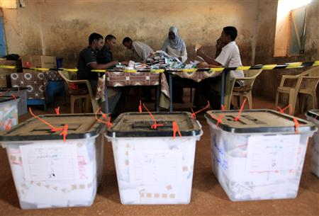 Sudanese members of the National Elections Commission count ballots at a polling station in Omdurman, west Sudan's capital of Khartoum April 16, 2010. REUTERS/Ahmed Jadallah