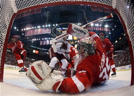 Detroit Red Wings goalie Jimmy Howard eyes the puck after a save off Phoenix Coyotes in the third period of Game 4 of their NHL Western Conference quarter-final game in Detroit, Michigan April 20, 2010. REUTERS/Gregory Shamus/Pool