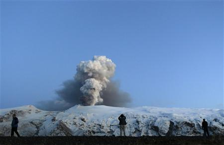 People look at Iceland's Eyjafjallajokull volcano April 22, 2010. REUTERS/Lucas Jackson