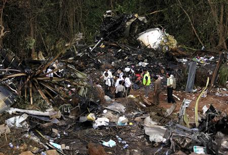 Forensic officials inspect the wreckage of a crashed Air India Express passenger plane in Mangalore May 23, 2010. REUTERS/Rupak De Chowdhuri