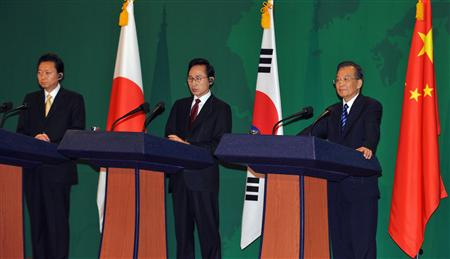 South Korea's President Lee Myung-Bak (C), Japan's Prime Minister Yukio Hatoyama (L) and Chinese Premier Wen Jiabao attend a joint news conference following trilateral summit meetings in Seogwipo on Jeju island, south of Seoul, May 30, 2010. REUTERS/Kim Jae-hwan