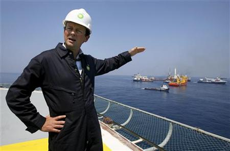 BP Plc Chief Executive Tony Hayward takes a first hand look at the recovery operations aboard the Discover Enterprise drill ship in the Gulf of Mexico, 55 miles (89 km) south of Venice, Louisiana, May 28, 2010. REUTERS/Sean Gardner