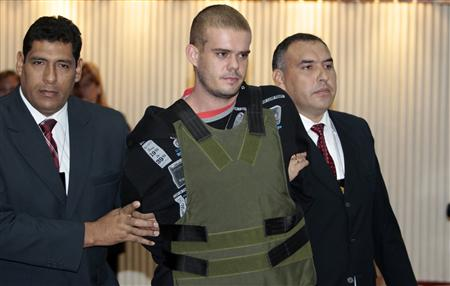 Joran Van der Sloot (C) of the Netherlands is escorted by Peruvian police officers at the police headquarters in Lima, June 5, 2010. REUTERS/Mariana Bazo