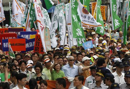 Former Taiwan president Lee Teng-hui, Democratic Progressive Party Chairwoman Tsai Ing-wen and Kaohsiung City Mayor Chen Chu (centre, R-L) wave to supporters during a protest against the economic cooperation framework agreement (ECFA) to be signed between China and Taiwan, in Taipei June 26, 2010. REUTERS/Nicky Loh