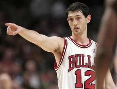 Chicago Bulls Kirk Hinrich points to a teammate after a basket on the Detroit Pistons during Game 4 of their second round Eastern Conference NBA playoff basketball series in Chicago May 13, 2007. REUTERS/John Gress