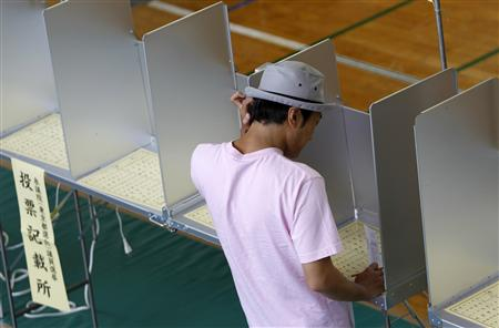A voter fills out a ballot for Japan's upper house election at a polling station in Tokyo July 11, 2010. REUTERS/Yuriko Nakao