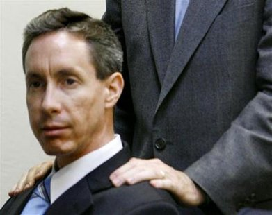 Defense attorney Walter F. Bugden stands with his hands on Warren Jeffs' shoulders as he presents closing arguments in Jeffs' trial in St. George, Utah, September 21, 2007. REUTERS/Trent Nelson/Pool