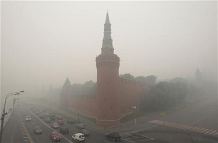 The Kremlin wall is seen through heavy smog, caused by peat fires in nearby forests, in Moscow, August 6, 2010. REUTERS/Alexander Natruskin