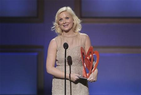 Comedienne Amy Poehler accepts a 2009 Glamour Women of the Year award during the magazine's annual award show in New York November 9, 2009. REUTERS/Lucas Jackson