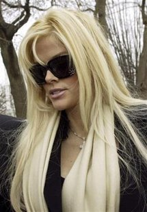 Anna Nicole Smith arrives for her hearing at the Supreme Court in Washington in this February 28, 2006 file photo. REUTERS/Chris Kleponis/Files