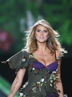 Model Heidi Klum displays a creation during the 2009 Victoria's Secret Fashion Show in New York November 19, 2009. REUTERS/Lucas Jackson