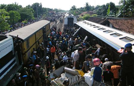 Police and residents search for victims after two trains collided in Pemalang of the Indonesia's central Java province October 2, 2010. REUTERS/Awan Negus Takari