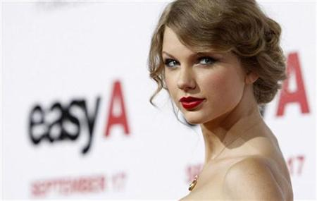 "Music recording artist Taylor Swift poses at the premiere of ""Easy A"" at the Grauman's Chinese theatre in Hollywood, California September 13, 2010. The movie opens in the U.S. on September 17. REUTERS/Mario Anzuoni"