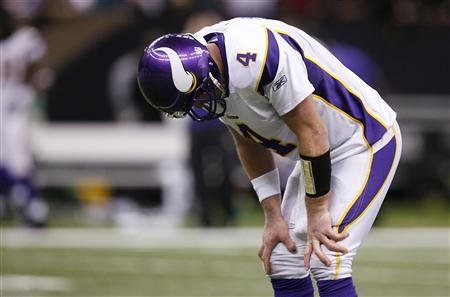 Minnesota Vikings quarterback Brett Favre puts his head down while his team plays the New Orleans Saints during the fourth quarter of the NFL's NFC Championship football game in New Orleans, Louisiana, January 24, 2010. REUTERS/Sean Gardner