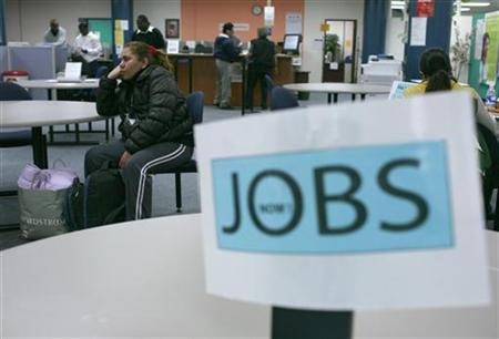 Job seekers visit an employment center in San Francisco, California November 20, 2009. REUTERS/Robert Galbraith