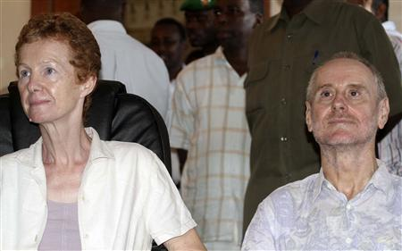 Released British hostages Rachel and Paul Chandler sit at the Presidential palace in Somalia's capital Mogadishu, November 14, 2010. REUTERS/Ismail Taxta