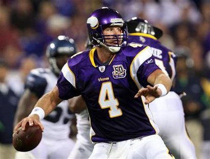 Minnesota quarterback Brett Favre throws an eight-yard pass to Vikings receiver Bernard Berrian for a first down during the second quarter of their National League preseason football game in Minneapolis, August 28, 2010. REUTERS/Eric Miller