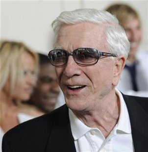 "Leslie Nielsen, a cast member in ""Superhero Movie,"" arrives at the premiere of the film in Los Angeles, March 27, 2008. REUTERS/Chris Pizzello"