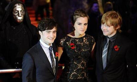 "Britain's Emma Watson poses with Daniel Radcliffe (L) and Rupert Grint as they arrive for the world premiere of ""Harry Potter and the Deathly Hallows: Part 1"" at Leicester Square in London November 11, 2010. REUTERS/Dylan Martinez"